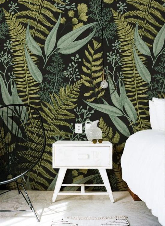 Blumentapeten Deko Trend 2020 im Schlafzimmer sattgrüner Hintergrund Blättermotive