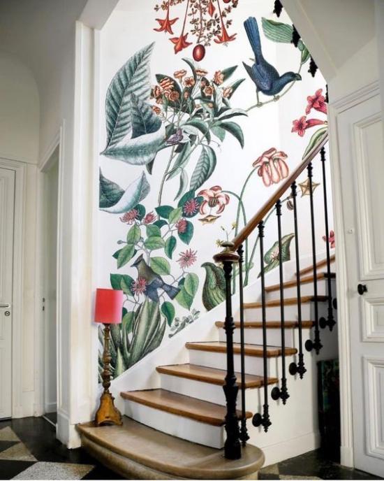 Blumentapeten Deko Trend 2020 im Treppenhaus große exotische Muster Blumen Blätter Vögel auf weißem Hintergrund