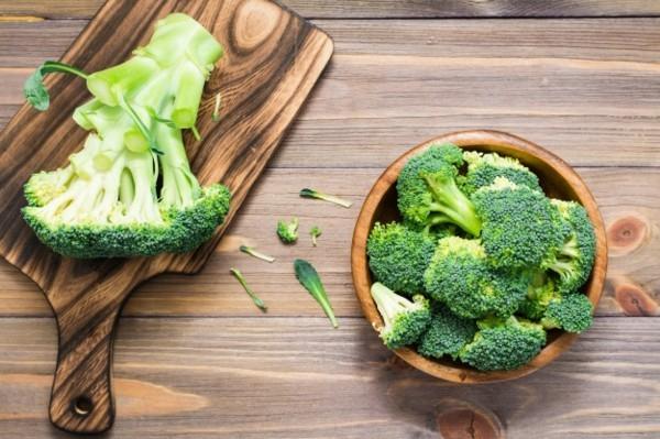 Brokkoli roh essen Brokkoli Röschen schneiden
