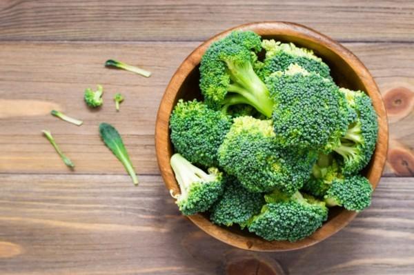 Brokkoli roh essen eine Schale Brokkoli Röschen