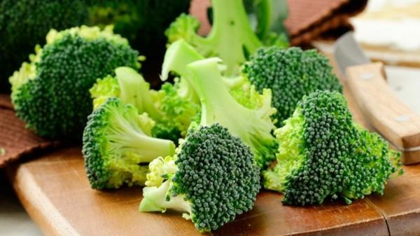 Brokkoli roh essen gesundheitliche Vorteile Brokkoli Röschen schneiden