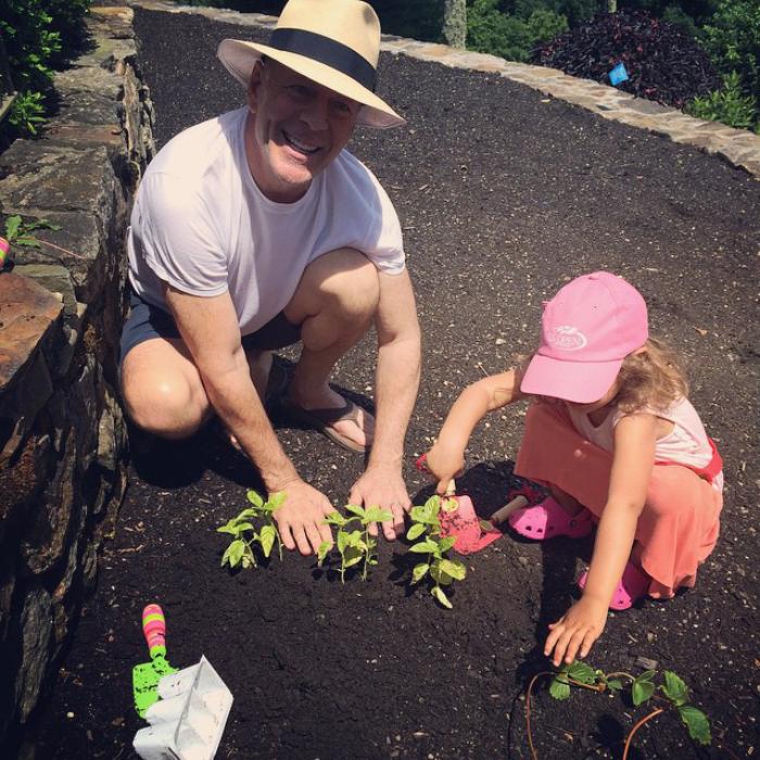 Bruce Willis Hollywood Star feiert 65. Geburtstag mit einer Tochter im Garten arbeiten