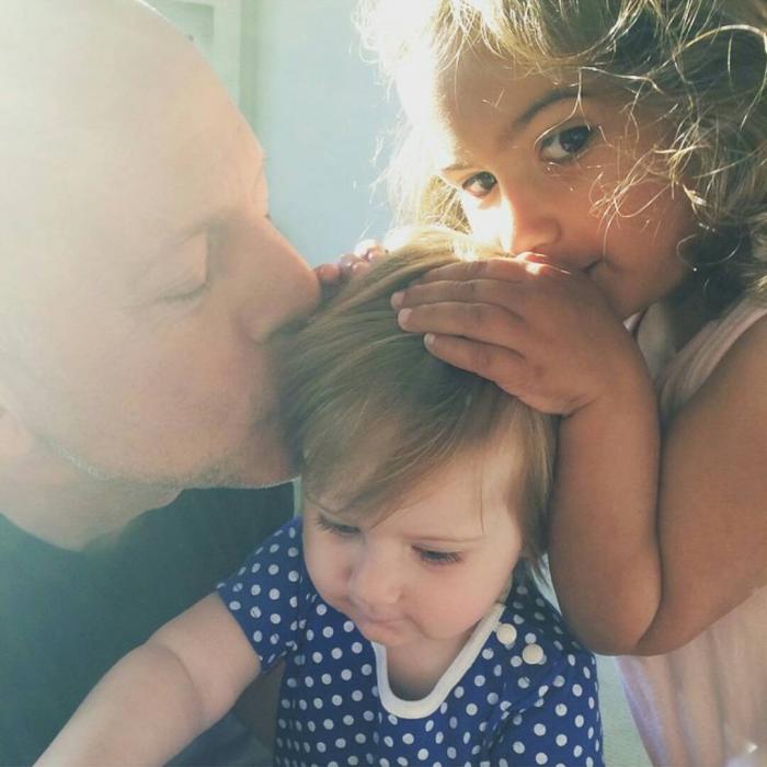 Bruce Willis Hollywood Star feiert 65. Geburtstag zwei kleine Töchter aus der zweiten Ehe glücklich