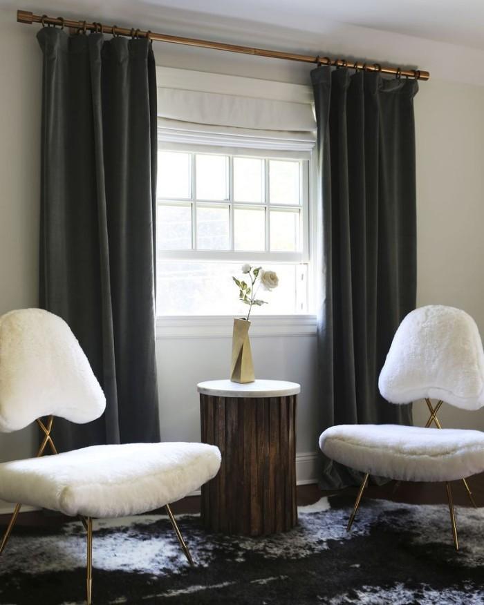 Farbkontrast Weiß Schwarz Wand Sessel in Weiß dunkle Gardinen weiß-schwarz gemusterter Teppich