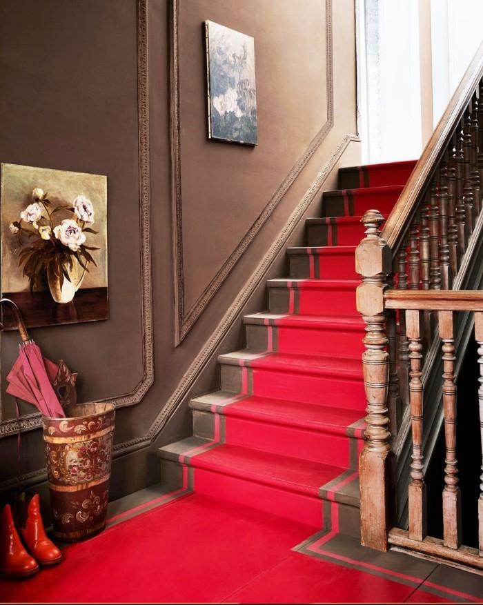 Geheimnisse des Innendesigns enthüllt Flur Treppenhaus stilvoll gestaltet Blutroter Teppichboden braunes Holz