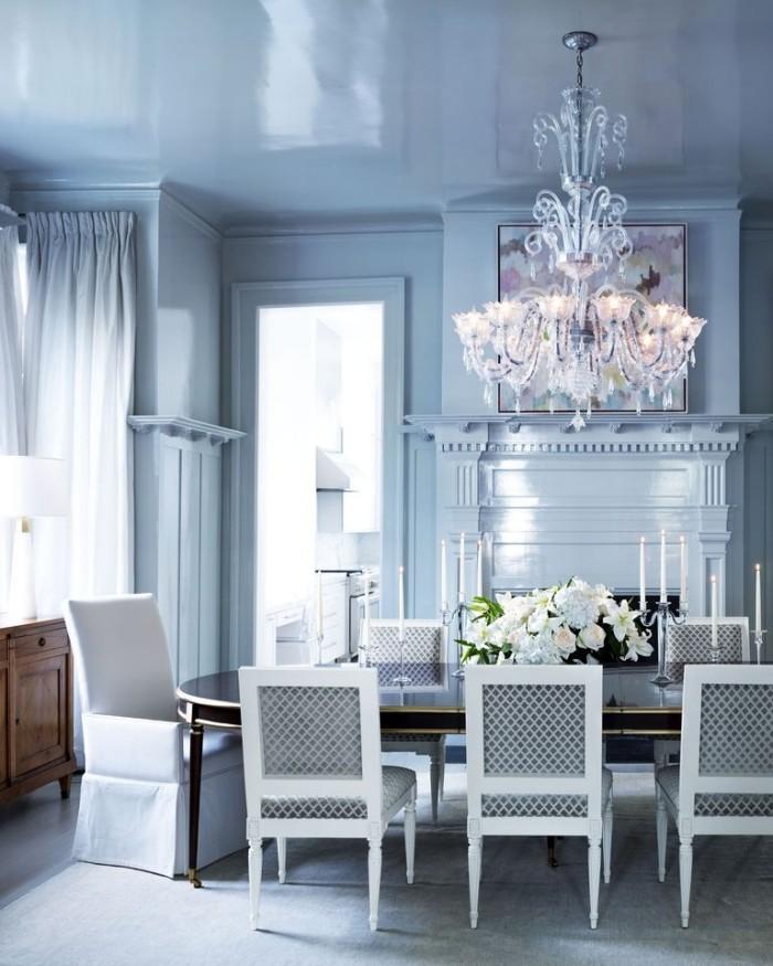 Geheimnisse des Innendesigns enthüllt Kristallkronleuchter Esstisch Vase mit weißen Rosen blau und weiß stilvoller Look im Esszimmer