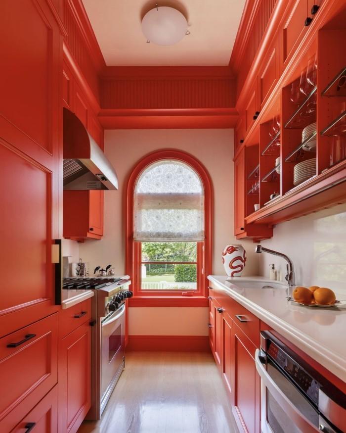 Geheimnisse des Innendesigns enthüllt Weiß mit Terrakotta auffällige Farbkombination in der Küche