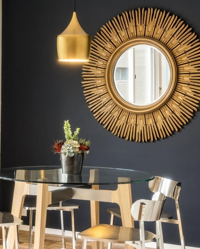 Geheimnisse des Innendesigns enthüllt dunkelgraue Wand Wandspiegel in Sonnenform Hängelampe in Goldglanz