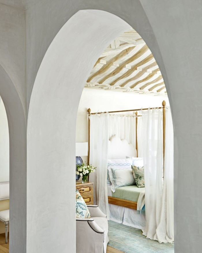 Geheimnisse des Innendesigns enthüllt gewölbte Türöffnung zum Schlafzimmer märchenhaft mysteriös