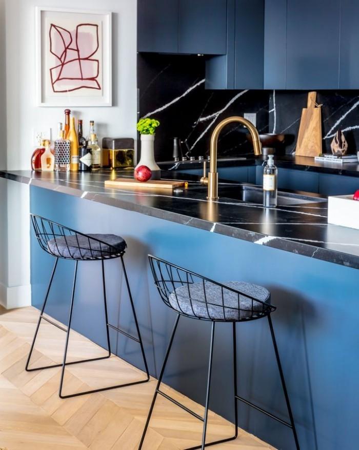 Geheimnisse des Innendesigns enthüllt mehr Farbe in der Küche blaue Schränke schwarzer Marmor als Arbeitsfläche