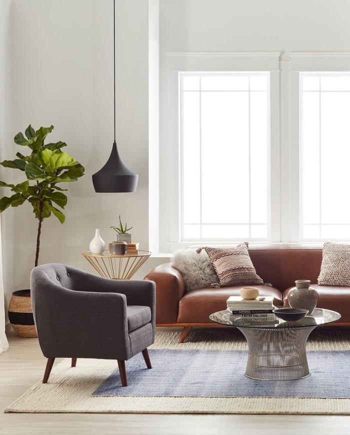 Geheimnisse des Innendesigns enthüllt stilvoll gestaltetes Wohnzimmer niedrige Möbel Hängelampe Grünpflanze
