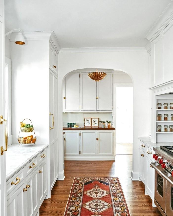 Geheimnisse des Innendesigns enthüllt weiße Küche klassisches Design ein bunter Läufer auf dem Boden
