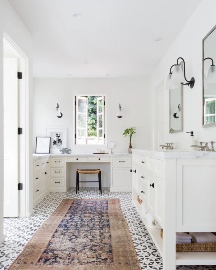 Geheimnisse des Innendesigns enthüllt weiße Küche zeitloses Design kleine Akzente in Schwarz