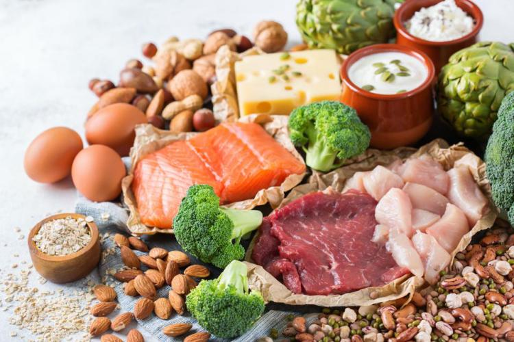 Gesundes und ausgewogenes Essen in Zeiten der Corona-Krise Fleisch Fisch Käse Joghurt Eier Bohnen Nüsse