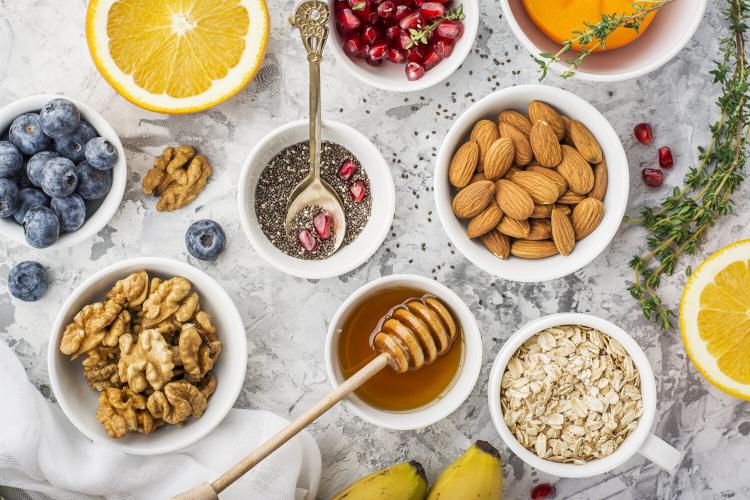 Gesundes und ausgewogenes Essen in Zeiten der Corona-Krise Nüsse Walnüsse Mandeln Körner Vollkornprodukte Honig