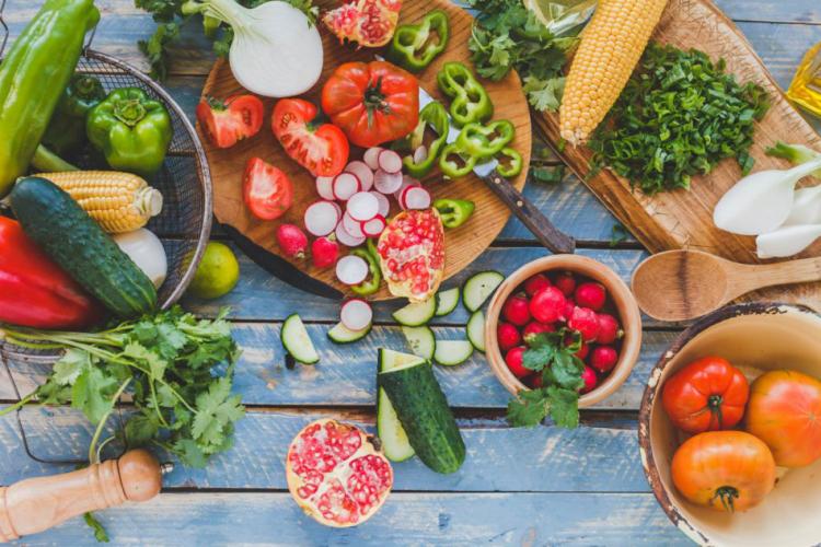 Gesundes und ausgewogenes Essen in Zeiten der Corona-Krise Radieschen Tomaten Gurken Zwiebel Petersilie
