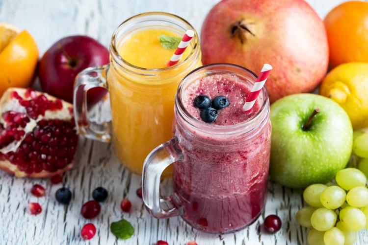 Gesundes und ausgewogenes Essen in Zeiten der Corona-Krise Smoothies zubereiten Äpfel Granatapfel Blaubeeren Trauben