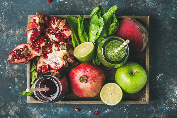 Gesundes und ausgewogenes Essen in Zeiten der Corona-Krise Smoothies zubereiten grüner Apfel Rite Beete grünes Blattgemüse Granatapfel