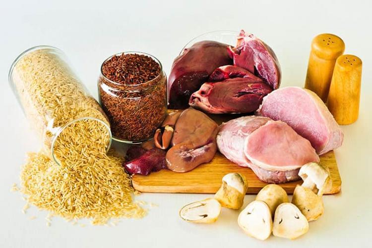 Gesundes und ausgewogenes Essen in Zeiten der Corona-Krise abwechslungsreiches Menür verschiedene Fleischsorten Reise