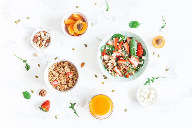 Gesundes und ausgewogenes Essen in Zeiten der Corona-Krise morgens mit gesunden Frühstück beginnen mit Früchten