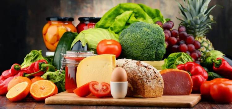 Gesundes und ausgewogenes Essen in Zeiten der Corona-Krise viel Obst Gemüse Nüsse Brot Fleisch Wurst Eier Käse Honig