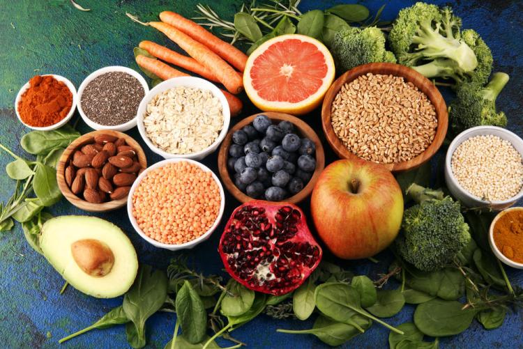 Gesundes und ausgewogenes Essen in Zeiten der Corona-Krise viel Obst Gemüse Spinat Avocado Apfel Körner Beeren Karotten