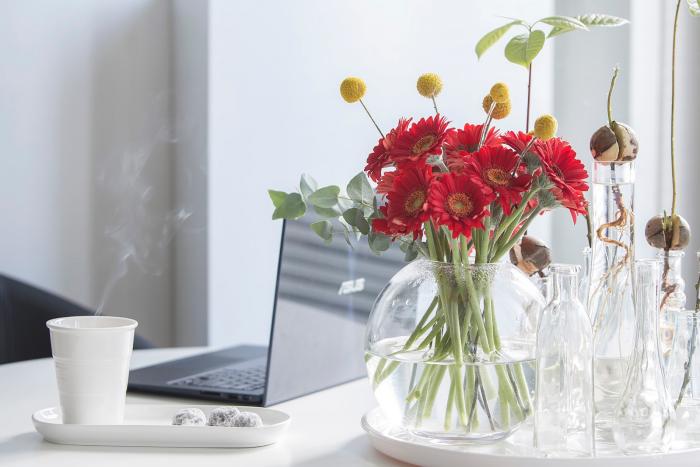 Internationalen Frauentag am 8.März feiern weltweit Blumen Kaffee Laptop