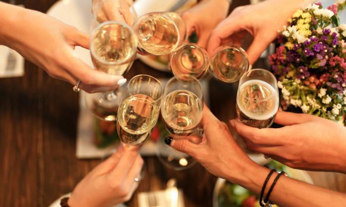 Internationalen Frauentag am 8.März feiern weltweit Wein mit Freunden und Kollegen trinken