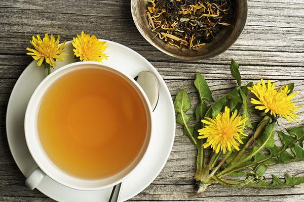 Löwenzahn ein Multitalent unter den Heilpflanzen gelbe Blüten zackige Blätter eine Tasse Tee