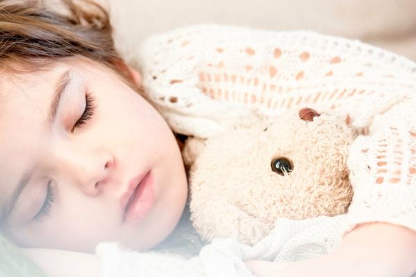 Milben im Bett Bettmilben bekämpfen Kind Kuscheltier Allergie