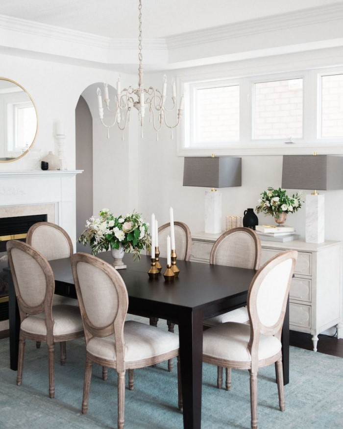 Modern ideen Stühle Esstisch zwei Vasen mit weißen Rosen Kerzenständer