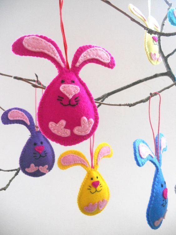 Oster-Bastelideen - Baumzweig mit kleinen Hasenfiguren