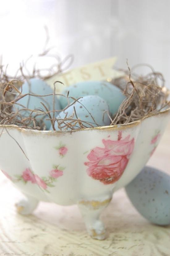 Osterdeko in Pastellfarben Eier in Pastell in einer Vintage Schale mit Blumenmuster arrangiert