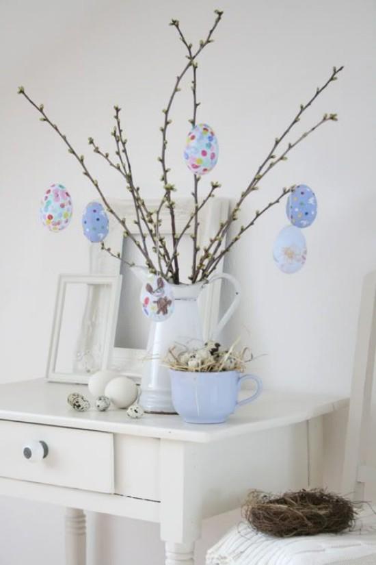 Osterdeko in Pastellfarben Ostereier in Hellblau gemustert am blühenden Zweigen Blickfang
