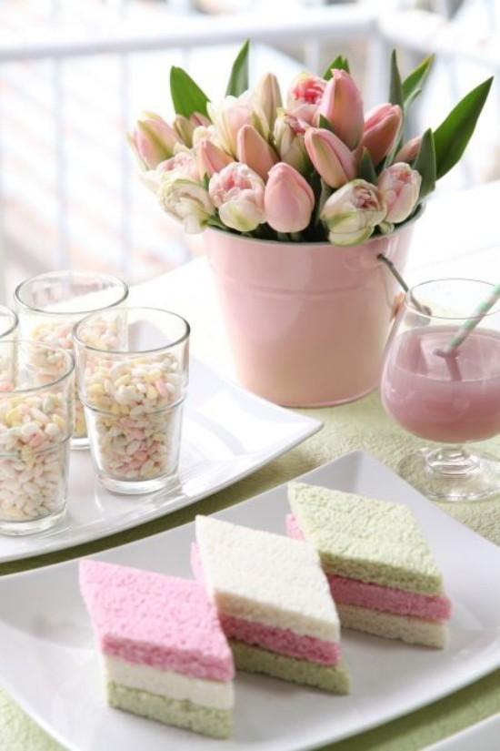 Osterdeko in Pastellfarben gedeckter Tisch Kuchenstücke in Pastell Tulpen Saft im Glas