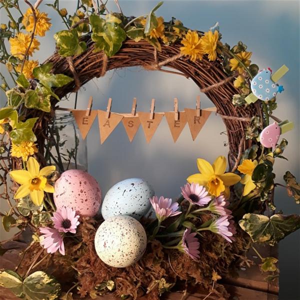 Osterkranz ausgeblasene Eier bemalen Ideen Osterdeko