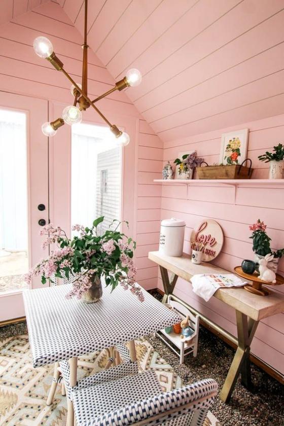 Outdoor - Trends 2020 Gartenhütte Innenwände in Rosa gestrichen gemütliche Sitzecke für zwei