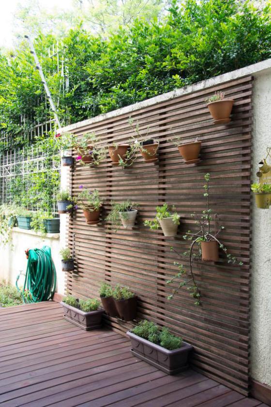 Outdoor - Trends 2020 Grüne Wand draußen Töpfe an der Holzwand Kästen mit grünen Pflanzen