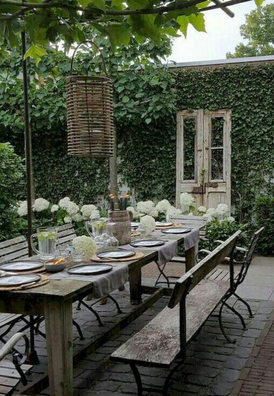 Outdoor - Trends 2020 draußen feiern gemeinsame Mahlzeiten organisieren schön gedeckter Tisch Efeu Mauerwand als Sichtschutz