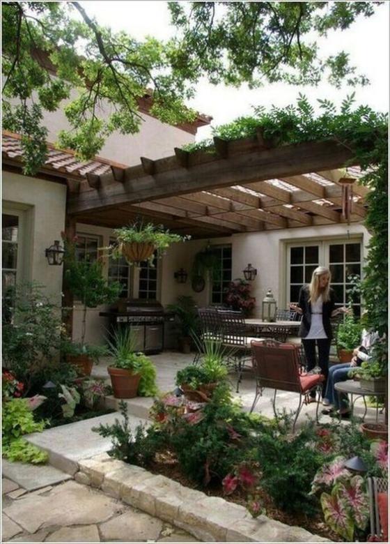 Outdoor - Trends 2020 draußen wohnen viele grüne Pflanzen gemütlich essen und trinken im Freien