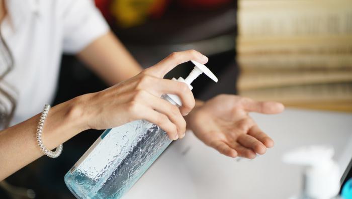 Richtiges Händewaschen Frauenhände Perlenarmband Desinfektionsmittel