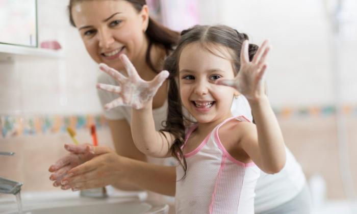 Richtiges Händewaschen Mutter Kind im Bad beim Händewaschen