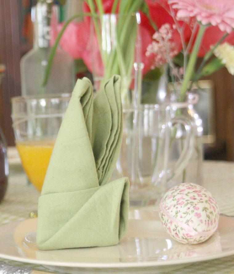 Servietten Falten - Tischdekoration mit verschiedenen Vasen