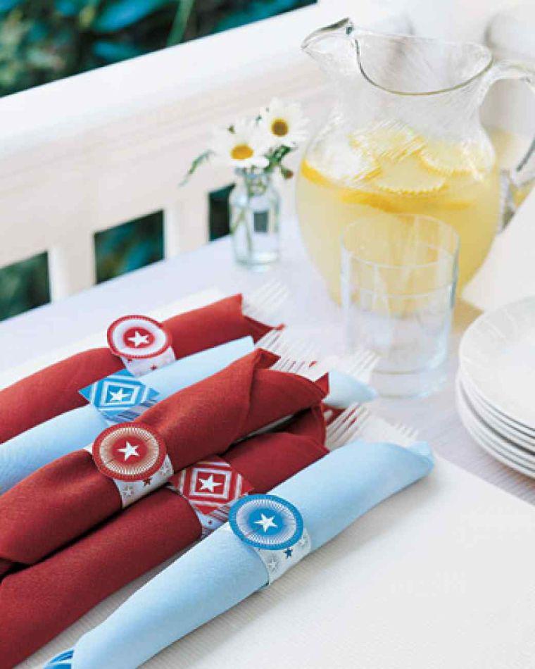 Servietten Falten - rote und blaue Technik