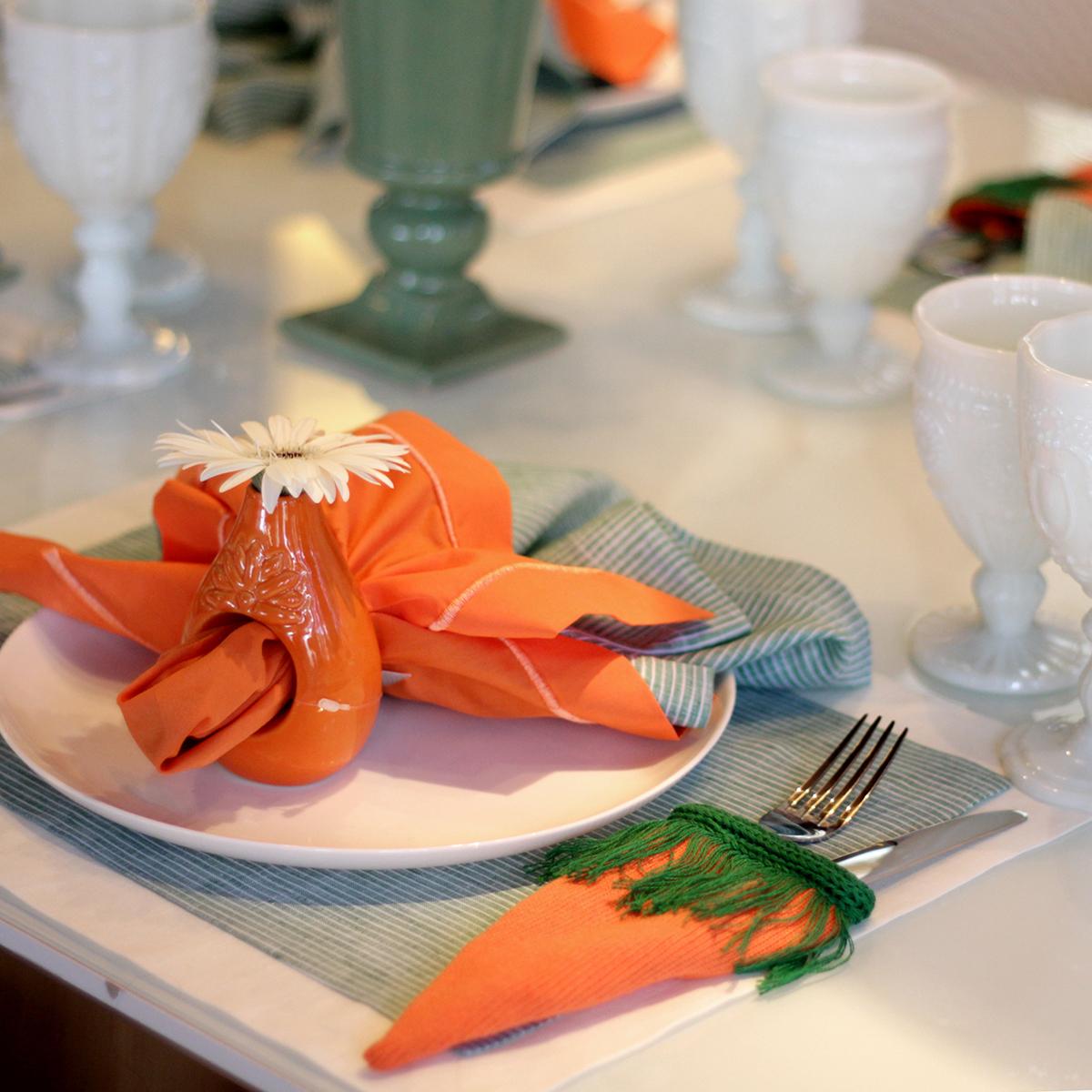 Teller mit orangener Deko - Servietten Falten