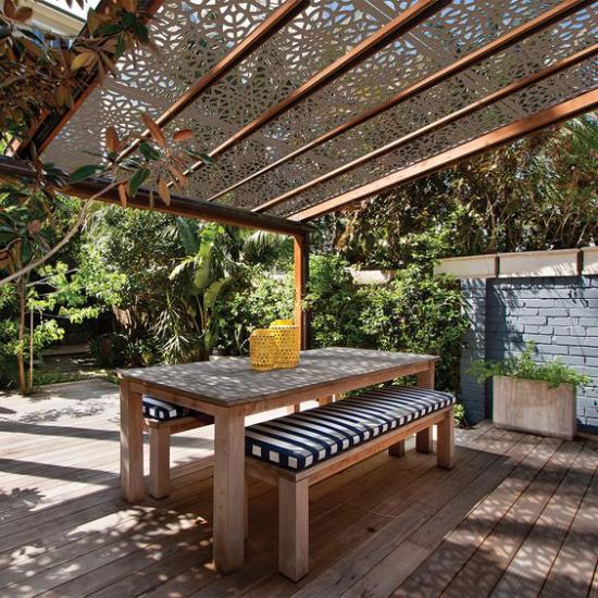 Terrasse frühlingsfit machen überdachter Patio Essecke Esstisch Sitzbänke einladend und gemütlich