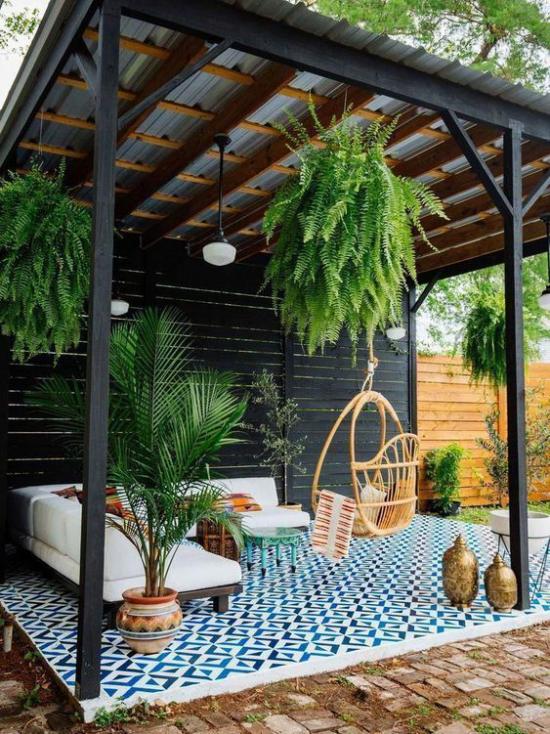 Terrasse frühlingsfit machen überdachter Patio Sitzecke viele Grünpflanzen als Akzent