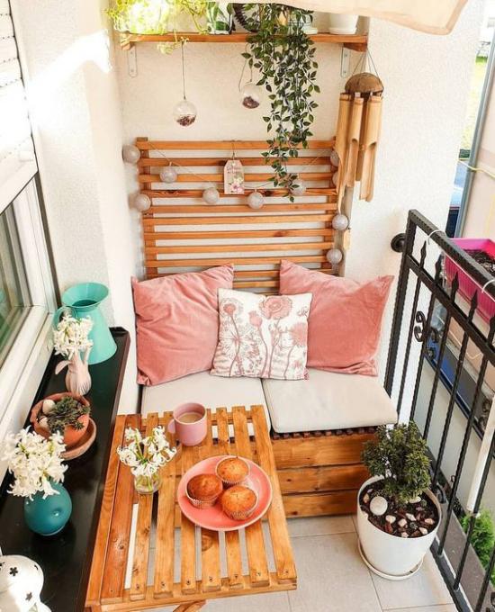 Terrasse frühlingsfit machen Balkon klein aber fröhlich gestaltet rosafarbene Nuancen schöne Blumen gedeckter Kaffeetisch