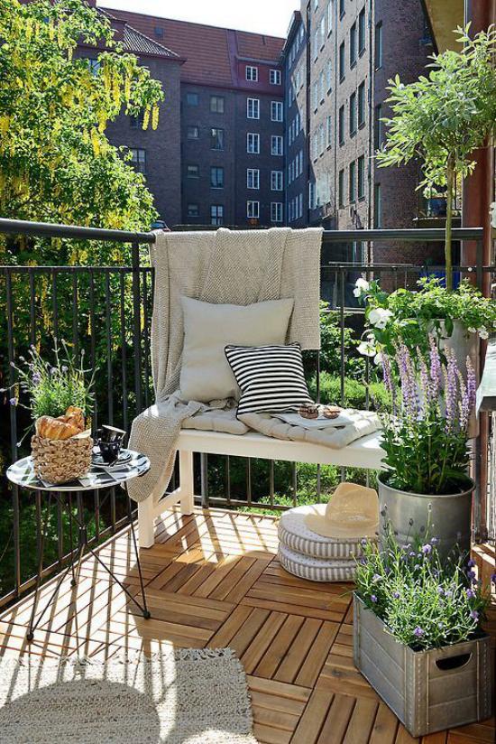 Terrasse frühlingsfit machen Ideen auch für kleinen Balkon frühlingshaft gestalten schöne Blumen