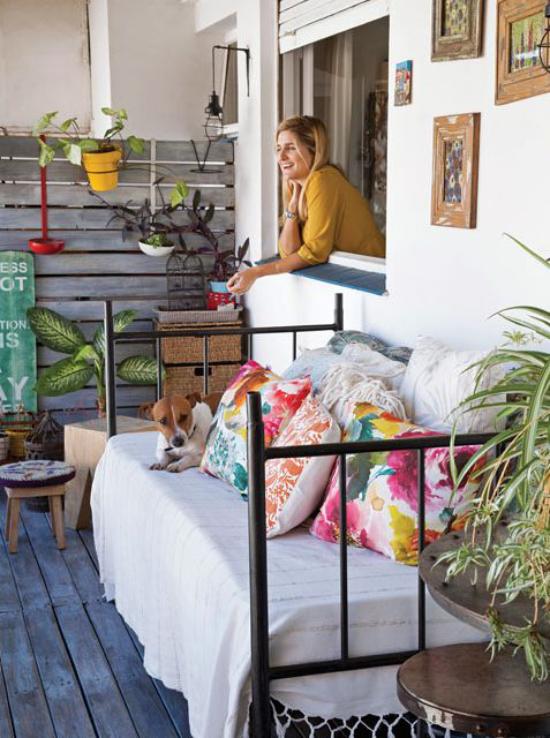 Terrasse frühlingsfit machen Sitzbank weiche bunte Kissen viele Pflanzen gemütlich